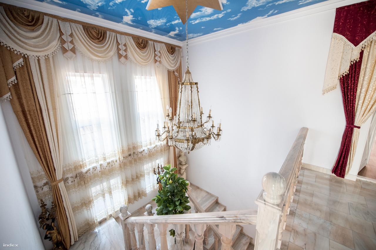 Egy-egy palota százezer euróba is kerülhet, és a bútorok, valamint az épületek belső kialakítása is közel azonos értéket képvisel.