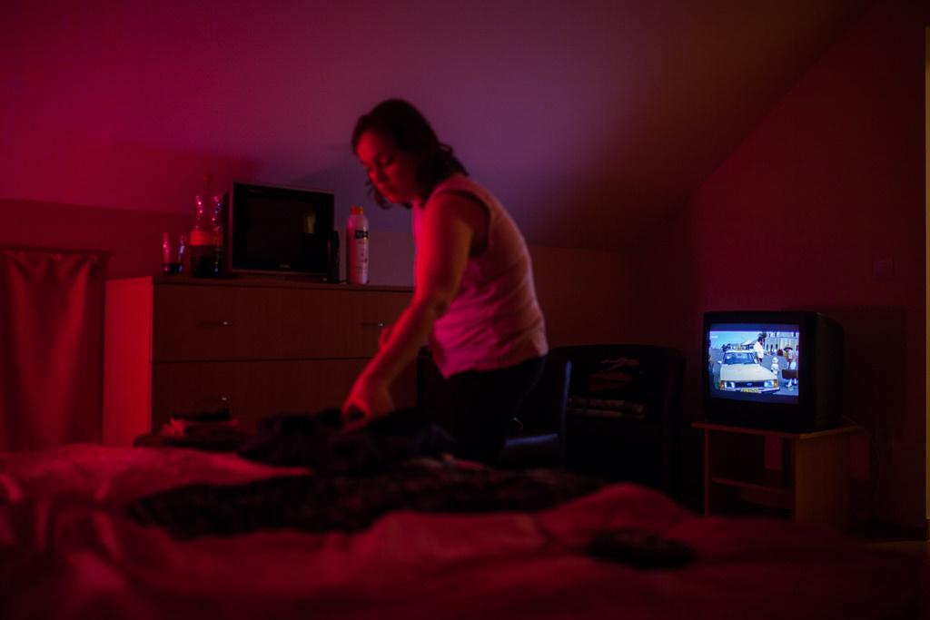 Nagyvisnyó, egy pár szobája egy fogyatékos emberek lakásotthonábanA szociológus nem csak negatív dologként látja a tévét, azt mondja, kinyitja egy kicsit a világot a hátrányos helyzetű emberek számára, és nem csak a töménytelen gyilkolást nézik az emberek a tévében, hanem a természetfilmeket is.