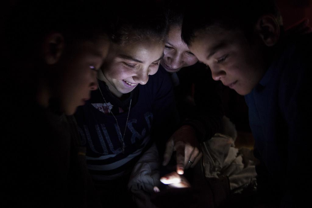 Egy internetről letöltött videót néznek mobiltelefonon egy áram nélküli házban egy kis borsodi falubanHozzátette, hogy ezzel együtt lassan az internet is beszivárog a háztartásokba, még ha a legszegényebb családokban csak közvetetten is, az iskolában letöltött, otthon mobilon nézett tartalmakon keresztül. Ez még tovább tudja nyitni a világot a szegregáltan élők előtt.
