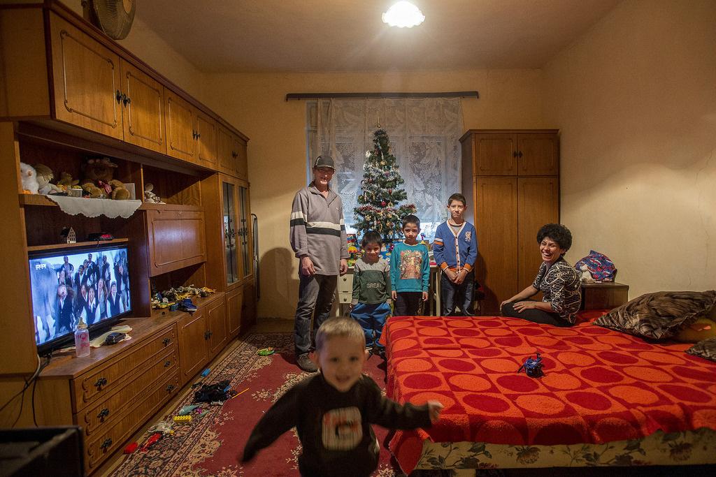 Egy kesznyéteni család otthona karácsonykorHasonlókat tapasztalt terepmunkáin Kiss Dávid szociológus is, akivel a tévé szegénynegyedekben betöltött szerepéről beszélgettünk. Szerinte a tévé ott van mindenhol, még a cirkuszos lakókocsikban is, már-már családtagnak tekintik. Szinte minden telepen megvan a külön szaki, aki a tévéket javítja, és ha besötétedik, és vége a beszélgetésnek az utcán, csak a televízió marad, mint szórakozási lehetőség. Nem csak a hátrányos körülmények között élőknél jellemző, hogy az ünnepek alatt is be van kapcsolva a készülék, annyira hozzánk nőtt ez a zajforrás – mondta.
