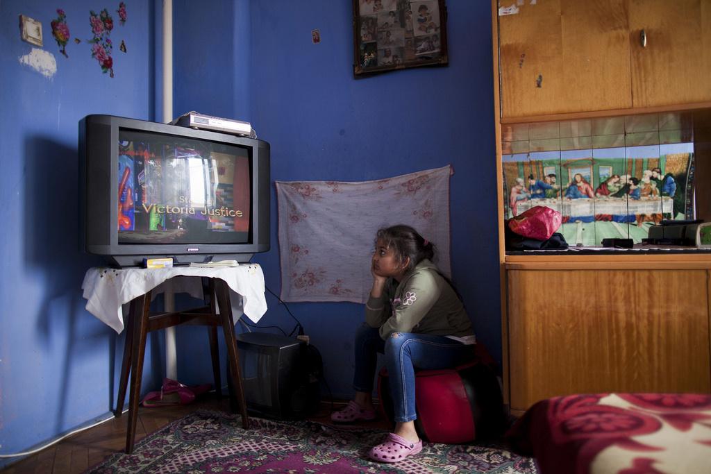 Bátonyterenye, az egyik olyan család otthonában, akiket a környező szegregátumokból költöztettek a település különböző helyein lévő házakbaA tévénézés egészségügyi hatásai, például a közelről nézés szemkárosító hatása Kiss Dávid szerint alapvetően ugyanannyira érintik a szegényebb háztartásokat. A különbség inkább abban van, hogy sokkal kevésbé van pénzük és lehetőségük azokat ellensúlyozni, például szemüveg vásárlásával.