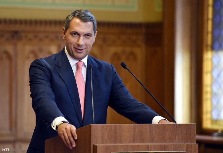 Lázár János a Miniszterelnökséget vezető miniszter (elöl) szokásos heti sajtótájékoztatójára érkezik mögötte Kovács Zoltán kormányszóvivő az Országházban 2017. szeptember 7-én.