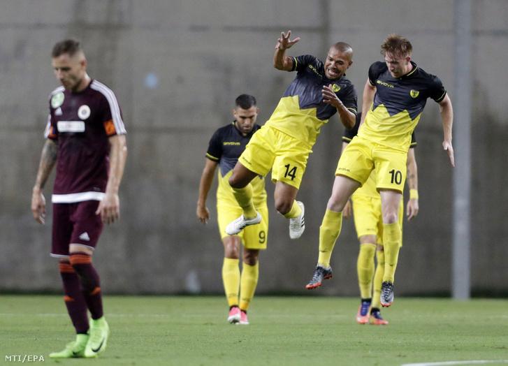 A Beitar Jeruzsálem játékosai ünnepelnek miután gólt szereztek a Vasas ellen a labdarúgó Európa Liga első selejtezőfordulójának első mérkőzésén az izraeli Petah-Tikva HaMosava Stadionjában 2017. június 29-én.