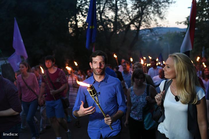 Fekete-Győr András a Momentum fáklyás menetén augusztus 20-án