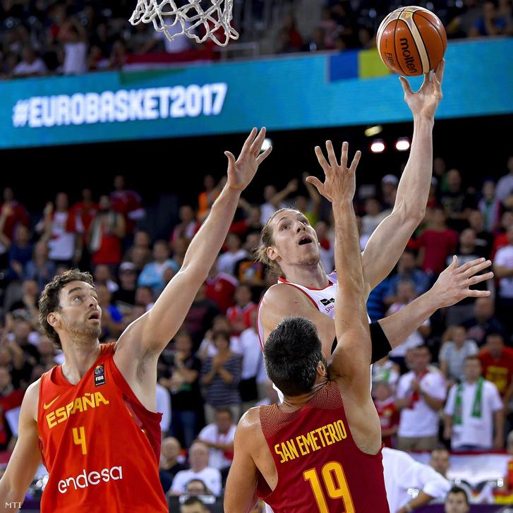 Keller Ákos (hátul j) valamint a spanyol Pau Gasol (b) és Fernando San Emeterio