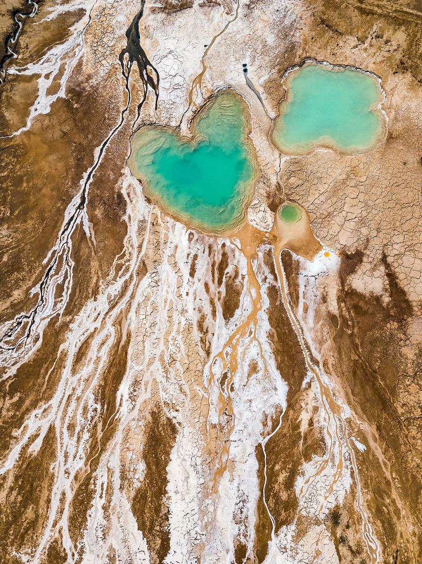 A mélyedések egy emberi szívet formáznak. Magas árat fizet a tó a szépségért.