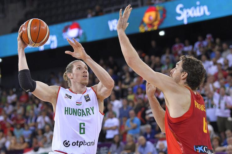 Keller Ákos (b) és a spanyol Pau Gasol