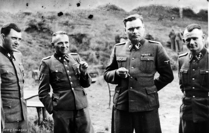Mengele (bal szélen) az auschwitzi táborban, mellette Rudolf Höss, a tábor parancsnoka