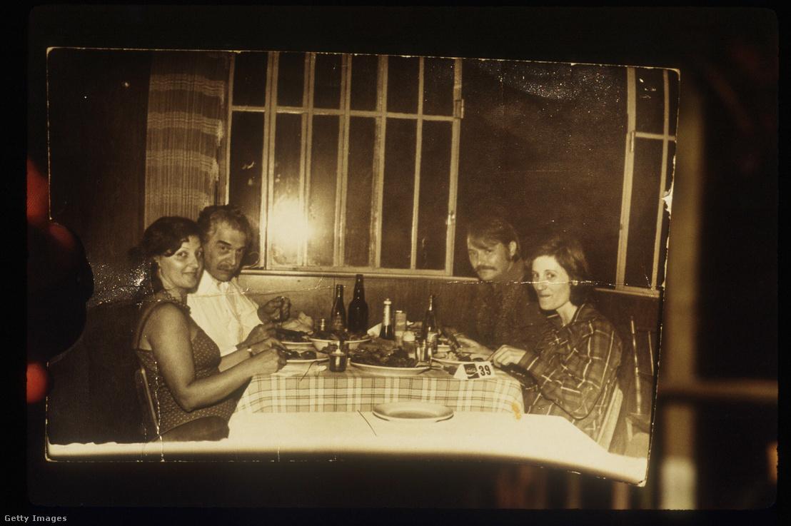 Mengele (b2) egy a brazíliai lakhelyén talált fotón