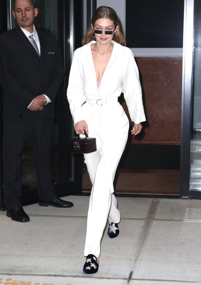Üdvözöljük önöket a Heti Trendben! Ezúttal a New Yorkban tartott Tom Ford-divatbemutatóra érkezett, híres nők közül mutatunk meg önöknek néhány személyt, hogy eldönthessék, melyikük nézett ki a legjobban az eseményen.                         Ő itt például Gigi Hadid, aki egy félig pizsama, félig fürdőköpeny kimérában vágott neki az estnek.