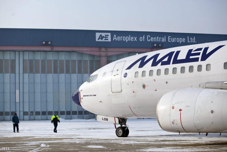A Malév Boeing 737-700 típusú repülõgépe áll a légitársaság egyik mûködõ leányvállalata a mûszaki karbantartási szolgáltatásokat nyújtó Aeroplex hangárja elõtt a Budapest Liszt Ferenc Nemzetközi Repülõtéren.