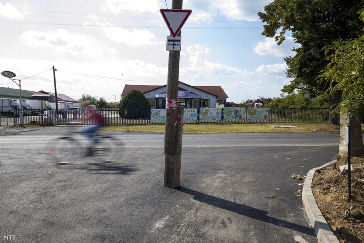 Egy régebben elhelyezett villanyoszlop maradt Nagykanizsán a Potyli út és a Csengery utca újonnan kialakított kereszteződésében 2017. augusztus 23-án.
