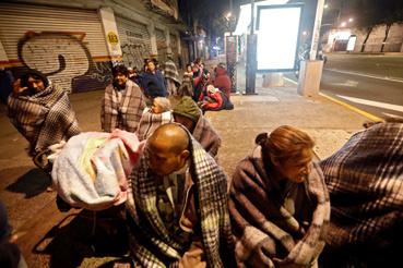 Soka pokrócokba csavarva az utcán töltötték az éjszakát.