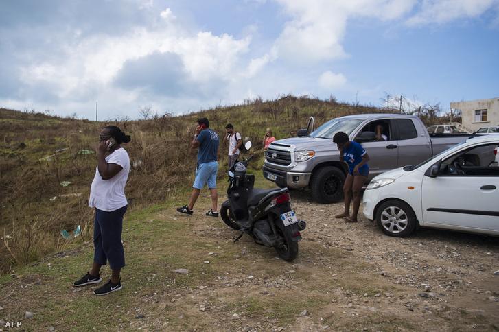 Emberek telefonálnak egy még ép mobiltorony mellett a Szent Márton-szigeten 2017 szeptember 7-én.