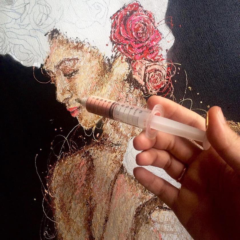 Nála nem az ecset a munkaeszköz, de fecskendővel is zseniális portrékat készít.
