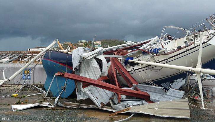 Videofelvételről készített kép az Irma névre keresztelt trópusi vihar által okozott pusztításról az Amerikai Virgin-szigeteken fekvő St. Thomas kikötőjében 2017. szeptember 7-én.