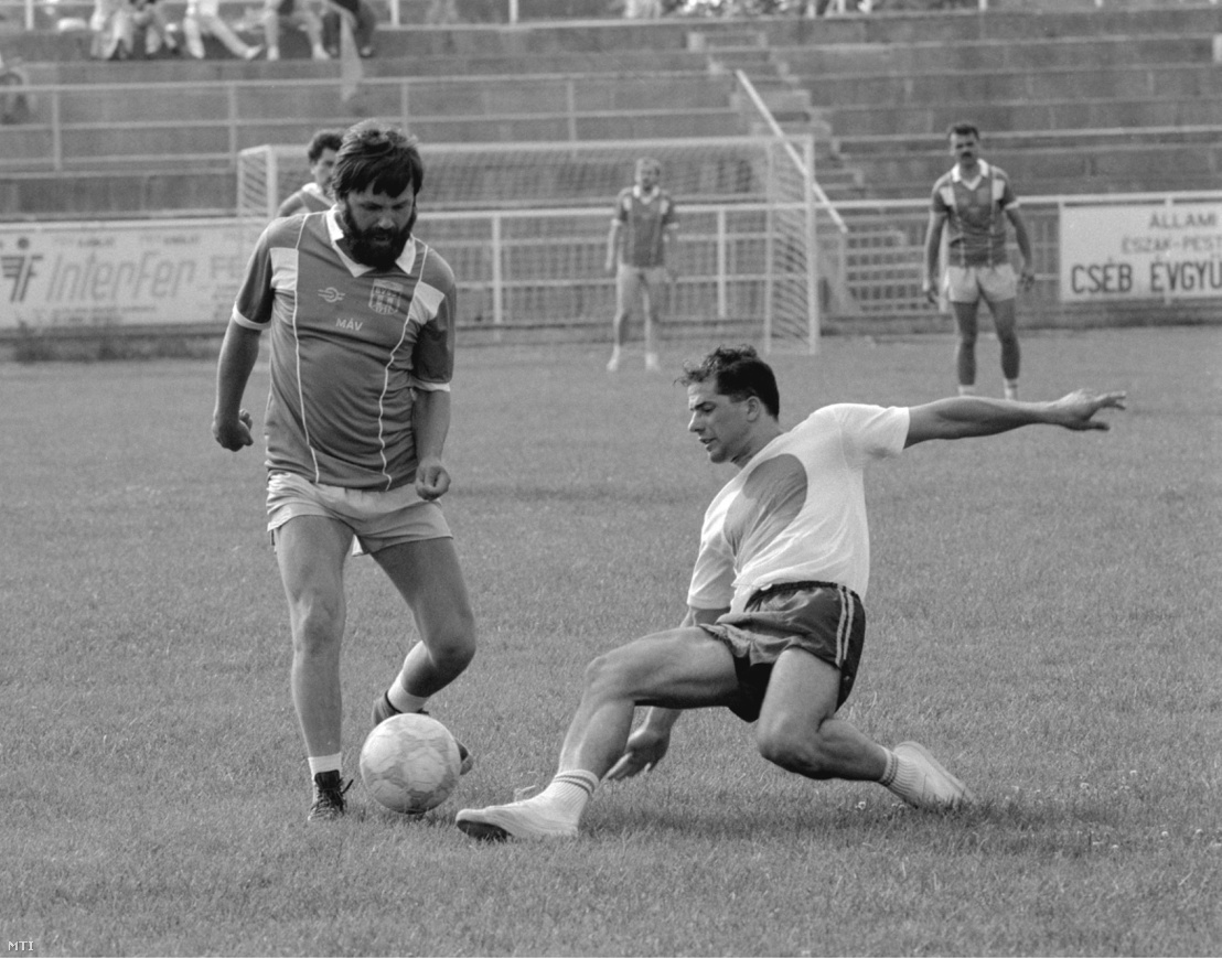 Kónya Imre (MDF b) és Kósa Lajos (FIDESZ) küzd a labdáért az MDF - FIDESZ parlamenti képviselõk közötti barátságos futballmérkõzésen a Szõnyi úti BVSC sportpályán 1990 június 27-én. A végeredmény 2:2.