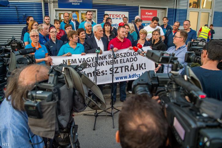 Palkovics Imre a Munkástanácsok elnöke (k) mellette jobbra Bubenkó Csaba a Kereskedelmi Dolgozók Független Szakszervezetének (KDFK) elnöke sajtótájékoztatót tart a Tesco-sztrájkról