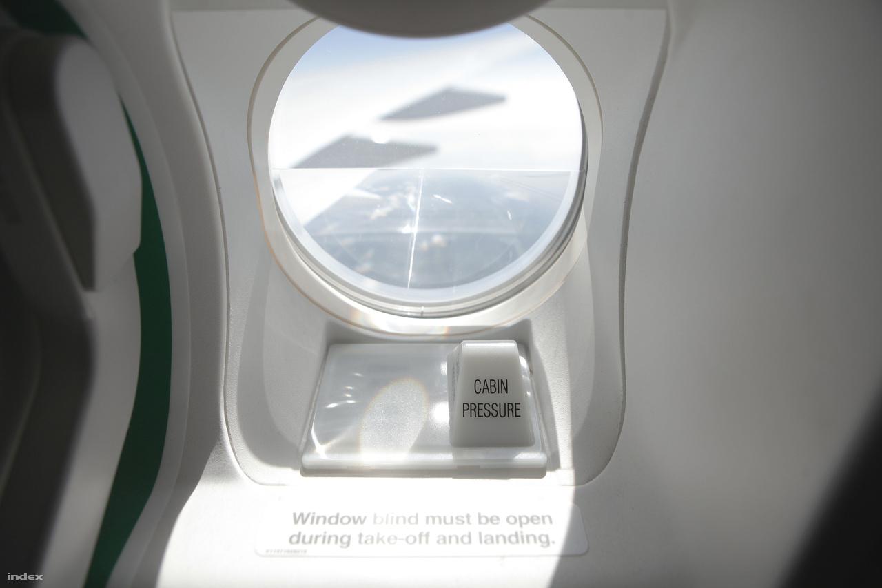 A gép törzsének közepén lévő vészkijárat kis ablaka.