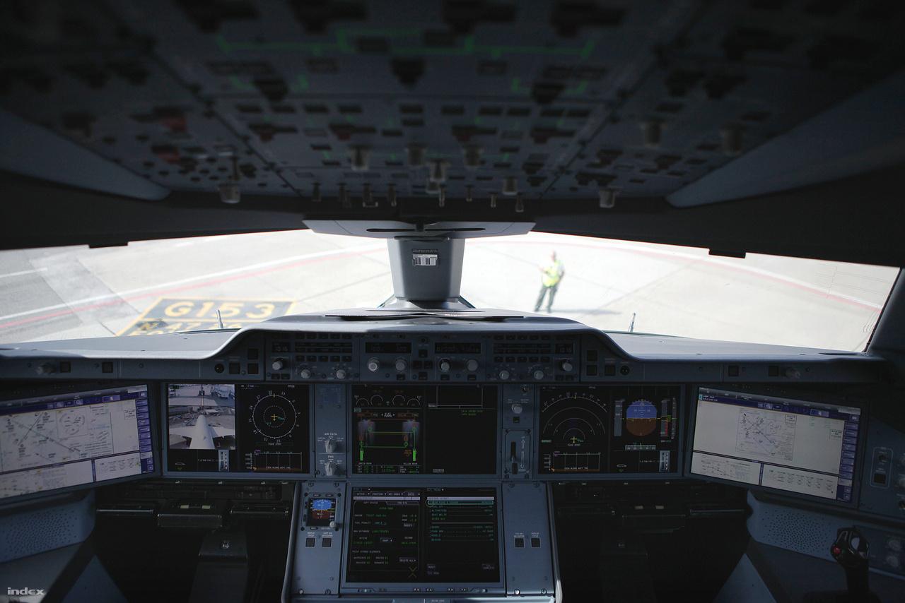 A pilótafülke csupa érintőképernyő.