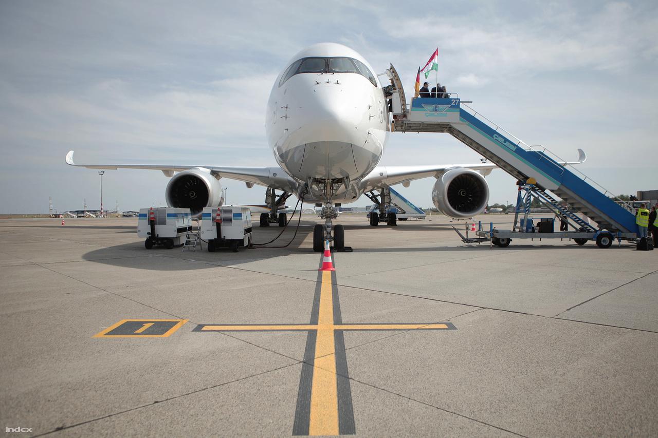 Az A350 szemből.