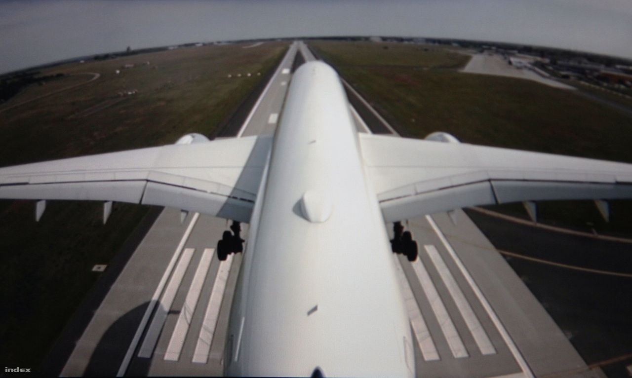 Így nézett ki a budapesti érkezés a függőleges vezérsíkra szerelt kamera képén.