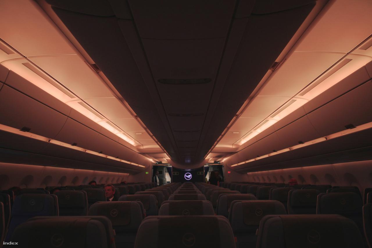 A repülőgép éjszakai, alváshoz igazodó fényei.