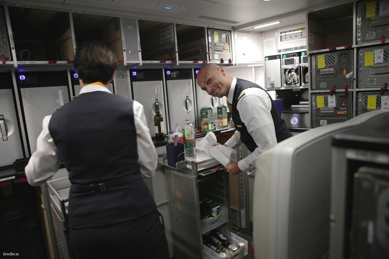 A személyzet a gép végében lévő konyhában ügyködik.