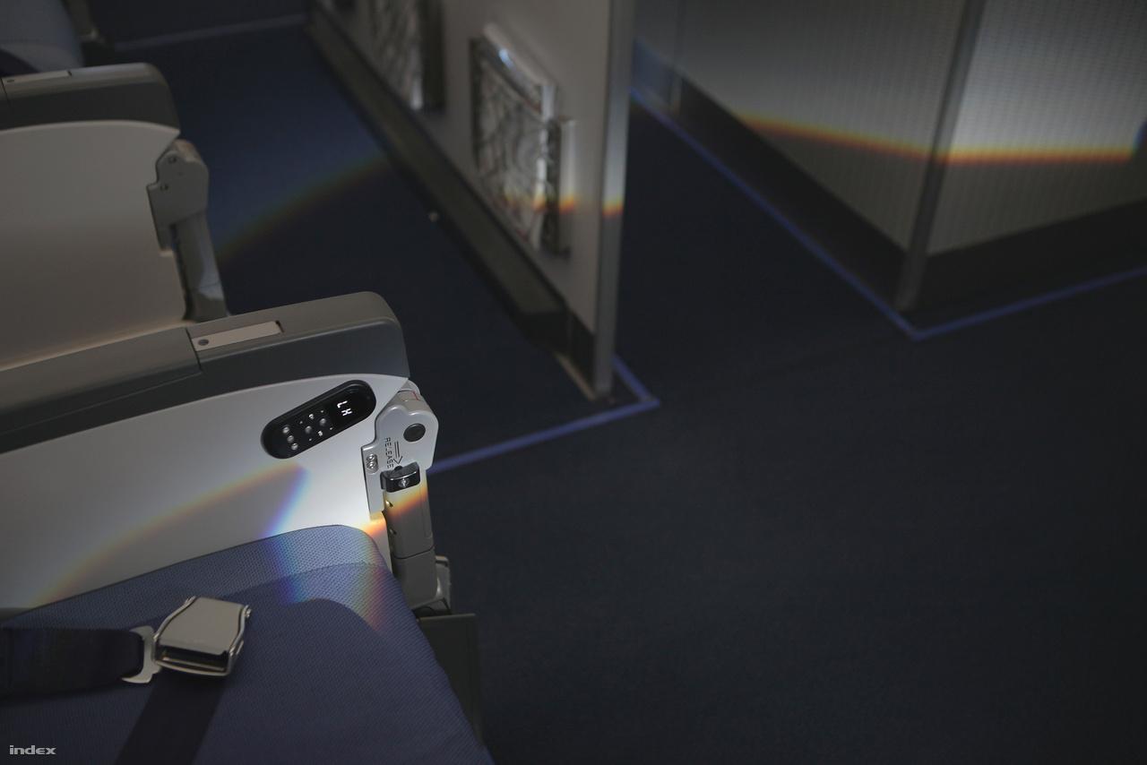 A gép törzsének közepén lévő vészkijárat kis ablaka által keltett fénytörési jelenség.