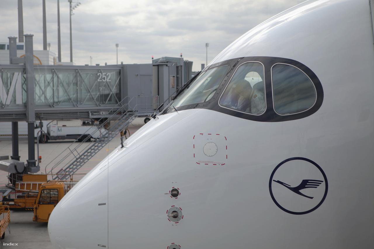 A Budapestre látogató gép pilótafülkéje kívülről.