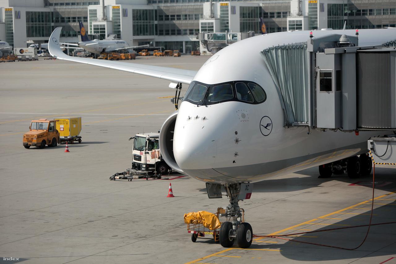 A német légitársaság 2013-ban döntött 59 új repülőgép – 34 darab Boeing 777-9X és 25 darab Airbus A350-900 – beszerzéséről.