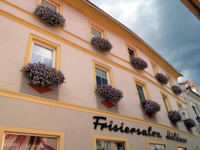 Alig van olyan ablak vagy üzlet kirakat, amit ne díszítenének virággal