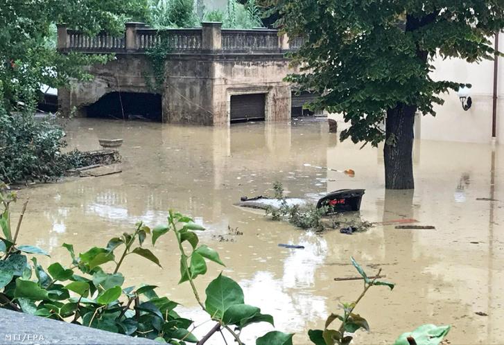 Egy a vízben teljesen elmerült jármű Livornóban