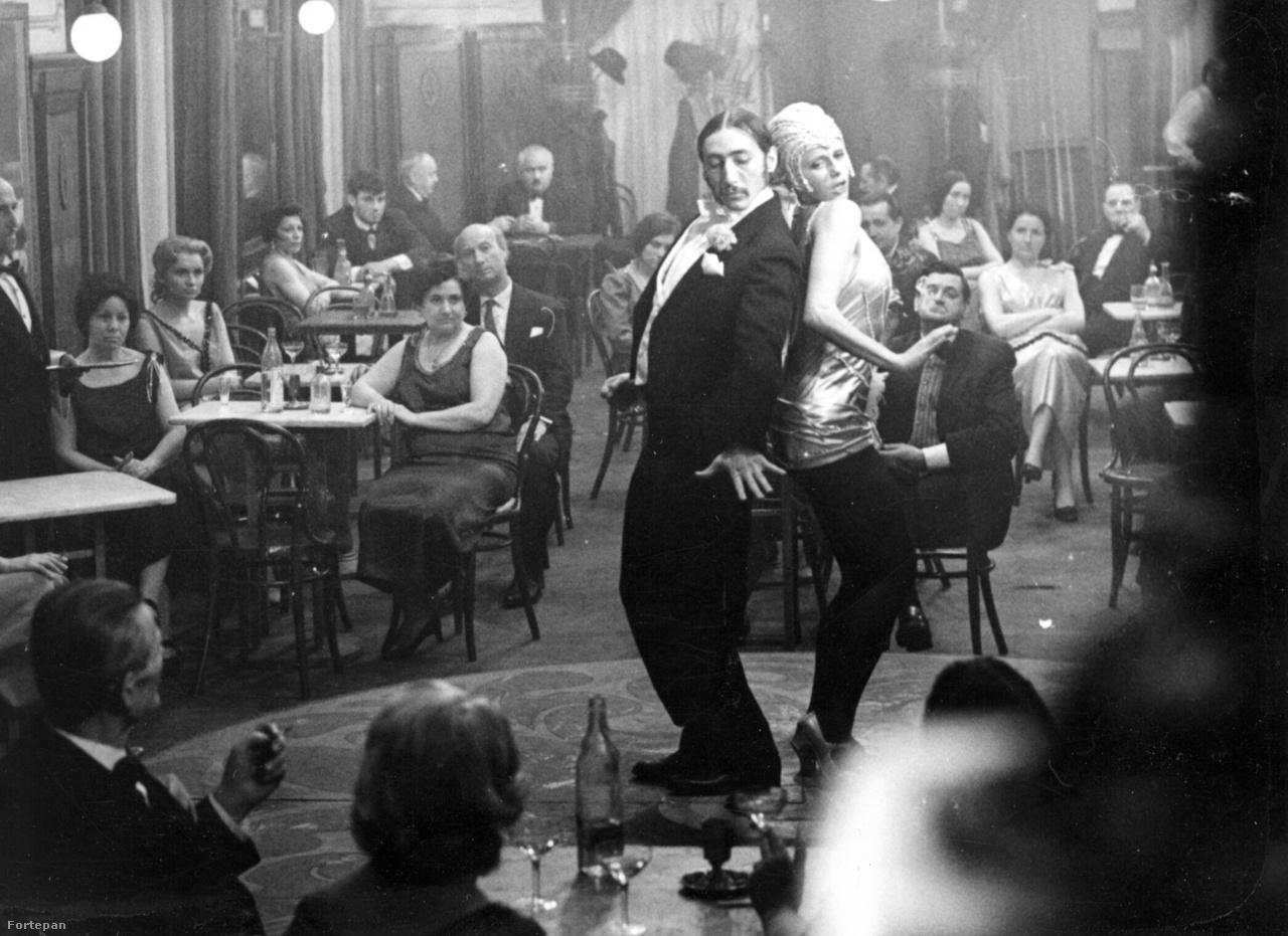 """""""A másik, hogy meg tudta csinálni ezt a táncos jelenetet, hiszen eredetileg balettosnak készült, onnan csábította el a színészet. De nézd ezt a statisztériát, mind majdnem alszik, többet kellett velük foglalkoznom mint a színészékkel, hogy tessék már csodálkozva nézni."""" Esztergályos partnere Gál György, a korban nagyon híres és népszerű táncos és koreográfus, az Operettszínház táncosa."""
