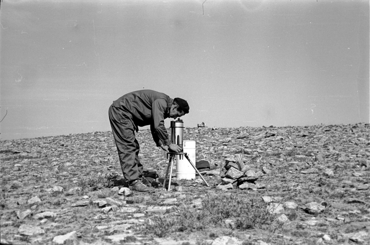 A képek szerzője, Bagi Róbert, munka közben. A Bagi család fényképarchívumából a közeljövőben kerül fel egy nagyobb válogatás a Fortepanra, ezek között lesznek láthatók további mongóliai fotók is. A nagyképhez köszönjük Teleki Krisztina mongolista segítségét.