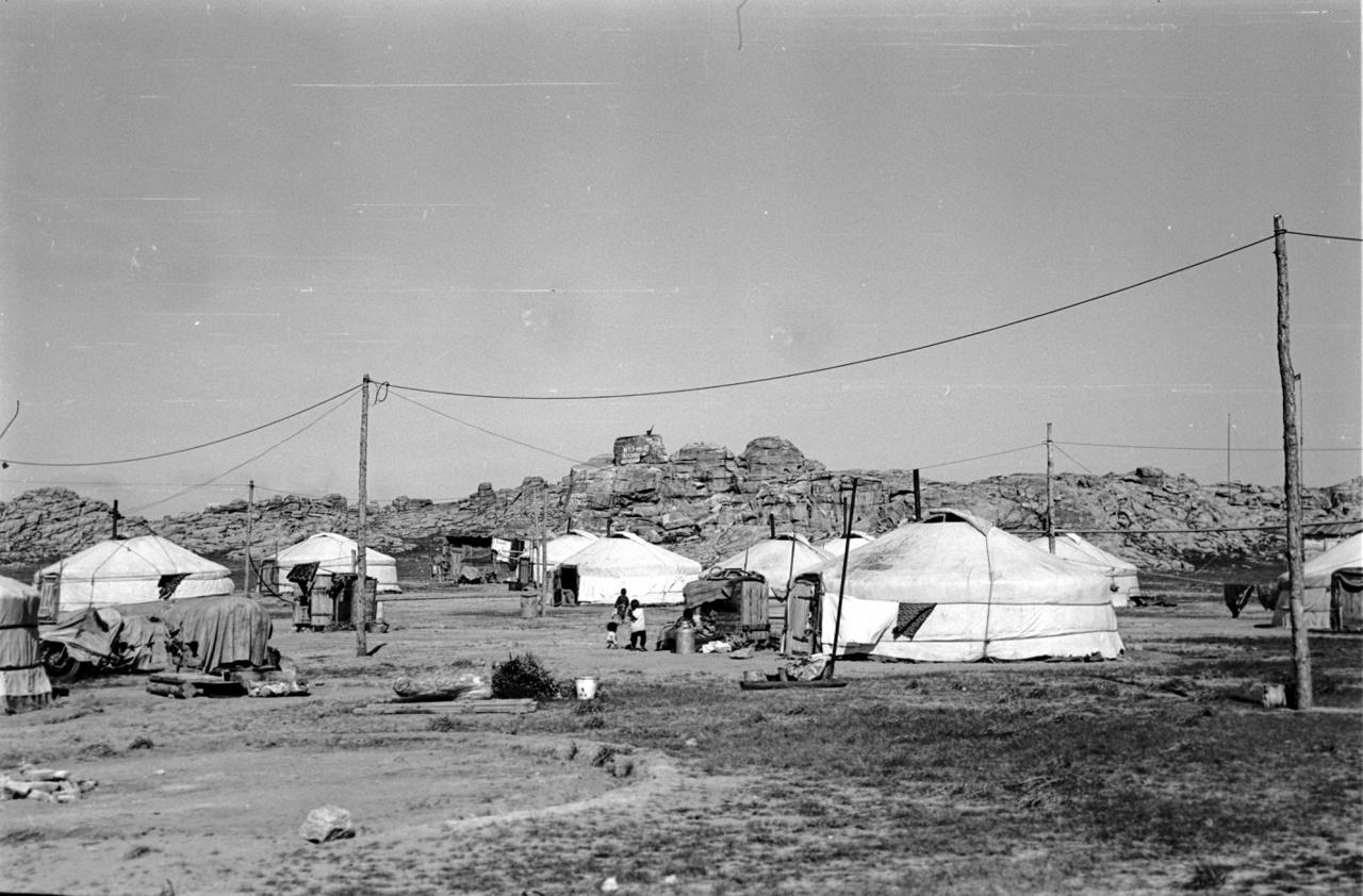 """Mongol nyári szállás - télen a családok jobban összehúzódnak a """"szumon"""" nevű járási központokban. A szocialista időszakban itt is termelőszövetkezeteket csináltak, ide kellett bevinni az állatállományt; Mongóliában földművelés nem nagyon létezik, a mongolok a jószágból élnek."""