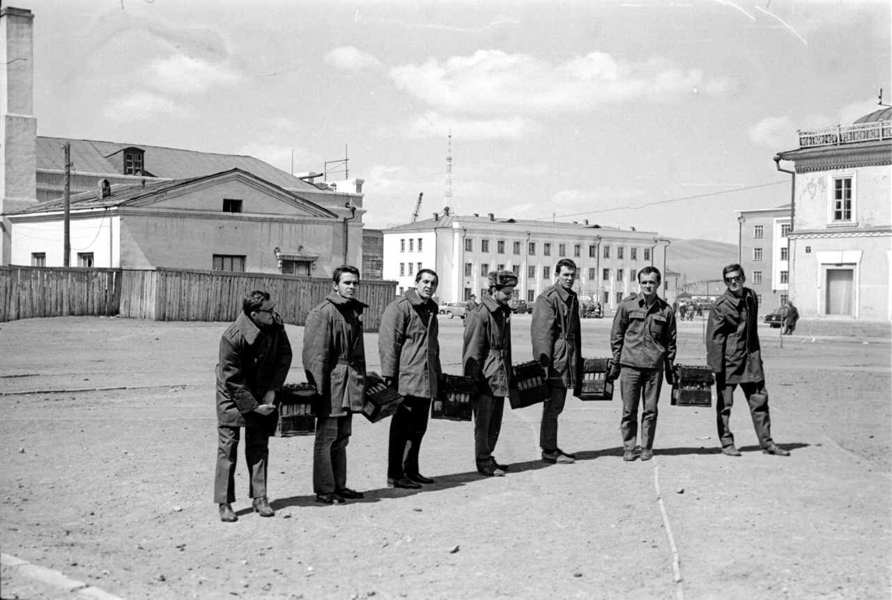 A magyarok csoportos akkumulátorszállításban vannak Ulánbátorban. Friss az áru, a nagyáruház mellett járunk.