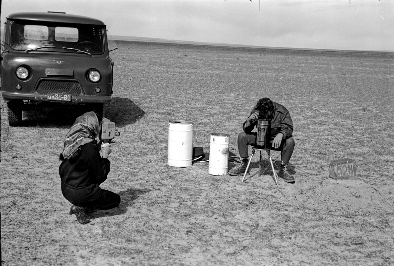 Bagi Róbert gravitációs mérés közben. A nagyrészt köves, kanyonokkal, sós tavakkal és félsivatagos részekkel tarkított Góbi a világ második legnagyobb sivataga, és egyre nagyobb. Néhány ezer éve virágzott itt az élet, manapság az emberi tevékenység miatt is gyors ütemű az elsivatagosodás. Mostanában az újonnan nyitott nagy bányák növelik háromszorosára a vízfogyasztást, ami már az állattartó nomadizálás létét fenyegeti. 1970 táján a víz- és olajlelőhelyek a modernizáció legfőbb feltételének számítottak.