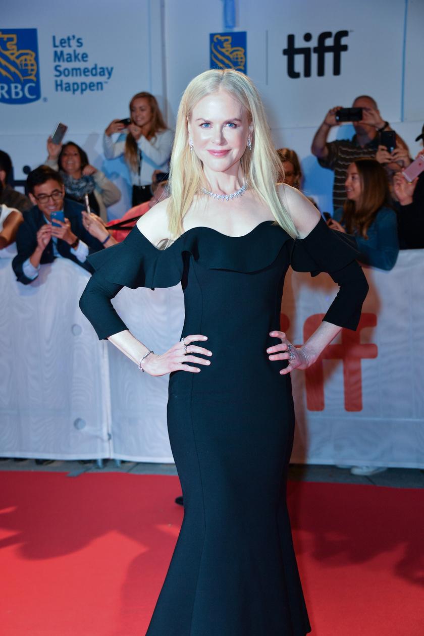 Nicole Kidman tudja, mi áll jól neki - elképesztően festett ebben a letisztult vonalú fekete estélyiben.