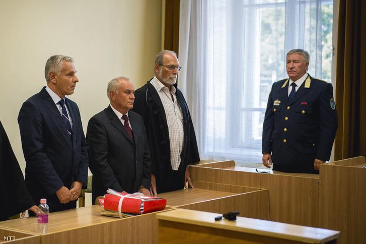 Szilvásy György a Gyurcsány-kormány titokminisztere (b) és Galambos Lajos nyugállományú vezérõrnagy a Nemzetbiztonsági Hivatal 2004 és 2007 közötti fõigazgatója (b2) vádlottak hallgatják az ítéletet a kémkedéssel vádolt volt titkosszolgálati vezetõk perében a Kaposvári Törvényszéken 2016. szeptember 8-án.