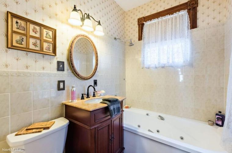 és négy fürdőszoba tartozik hozzá.
