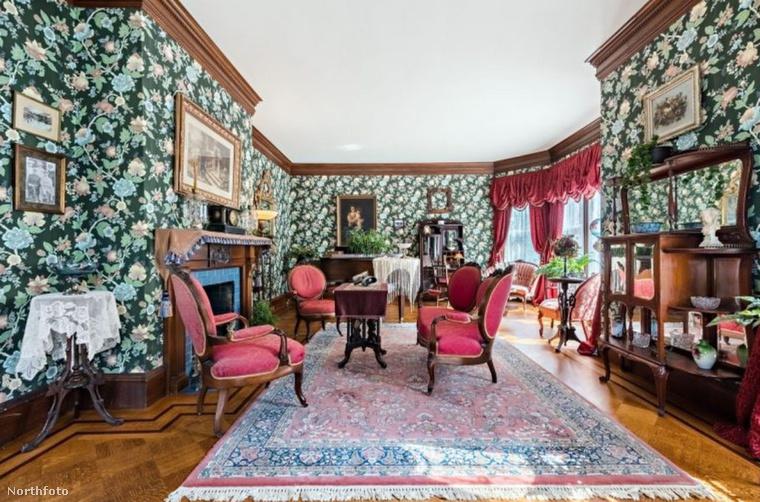 Ami amúgy is csak hab a tortán, hiszen a villa csodálatos, felújított állapotban van, és minden bútor, kép, egyéb kiegészítő a viktoriánus kort idézi, ami manapság nem gyakori lakberendezési stílus