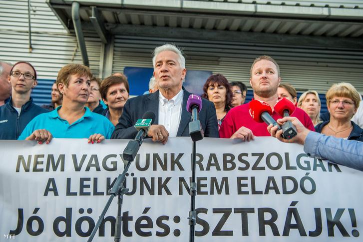 Palkovics Imre, a Munkástanácsok elnöke (k) és Bubenkó Csaba, a Kereskedelmi Dolgozók Független Szakszervezetének (KDFK) elnöke (j) sajtótájékoztatót tart a Tesco-sztrájkról a Fogarasi úti Tesco áruház személyzeti bejáratnál 2017. szeptember 8-án