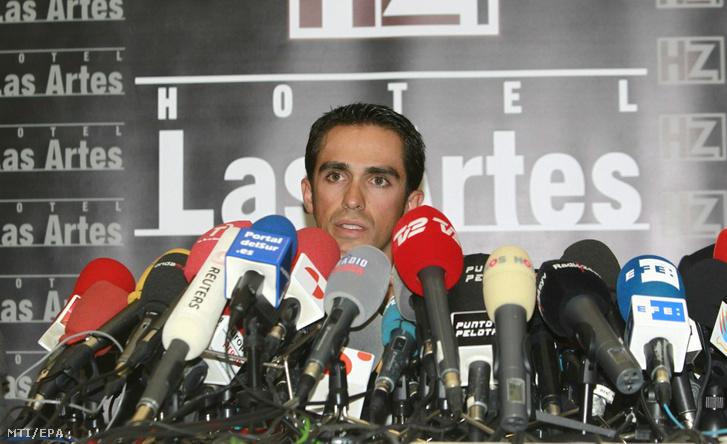 2012. február 7. Alberto Contador a Saxo Bank spanyol kerékpárversenyzõje sajtótájékoztatót tart a spanyolországi Pintóban miután 2012. február 6-án a nemzetközi Sportdöntõbíróság (CAS) doppingvétség miatt 2 évre eltiltotta a 29 éves sportolót a versenyzéstõl. Contador a 2010-es Tour de France-on pozitív mintát adott amelyben klenbuterol nyomait mutatták ki. Concadort hazája szövetsége ártatlannak találta és felmentette így azóta annak ellenére versenyezhetett hogy a nemzetközi szövetség és a Nemzetközi Doppingellenes Ügynökség is