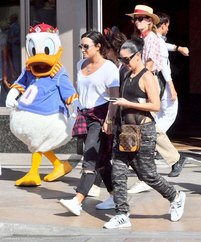 ...hanem az, hogy                         úgy tűnik ő Demi Lovato barátnője.