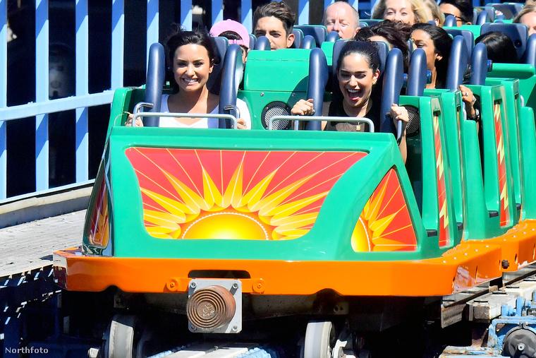 A friss fotók alapján pedig az énekesnő újra boldog és bár a külföldi sajtó már járásnak nevezi Lovato és DJ kapcsolatát, azért még az is benne van a pakliban, hogy csak nagyon jó barátnők, akik azért szorongatták egymás kezét, hogy ne sodorja el őket a tömeg a vidámparkban