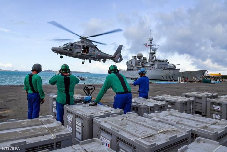 A francia védelmi minisztérium által közreadott képen segélyszállítmányt rakodnak az Irma hurrikán által sújtott karib-tengeri Szent Márton-sziget francia részén 2017. szeptember 11-én