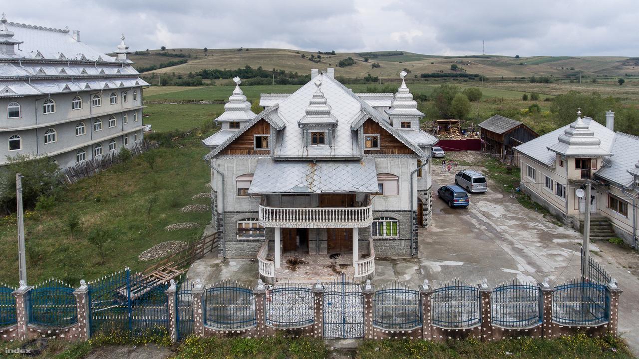 Az ok elég egyszerű: a bánffyhunyadi romák közül sokan Írországban és Nagy-Britanniában dolgoznak. A palotáikat is az ott keresett pénzből húzzák fel. Haza leginkább csak nyáron járnak, tehát az otthonaik üresek, emiatt még nehezebb megérteni, miért van szükségük ilyen méretes épületekre.