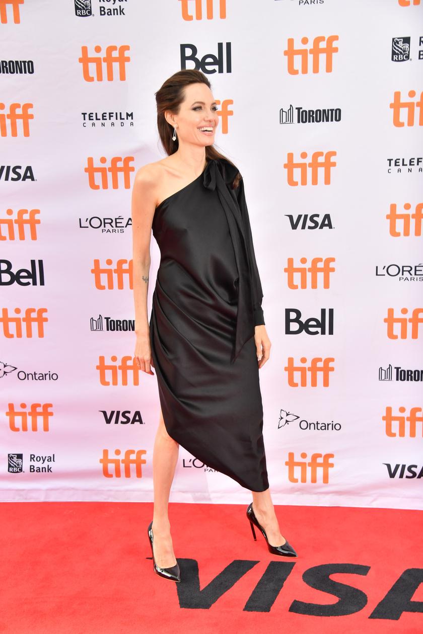 Angelina Jolie igazán büszke az általa rendezett filmre, így mindenképpen ott akart lenni a torontói filmfesztiválon rendezett díszbemutatóján.