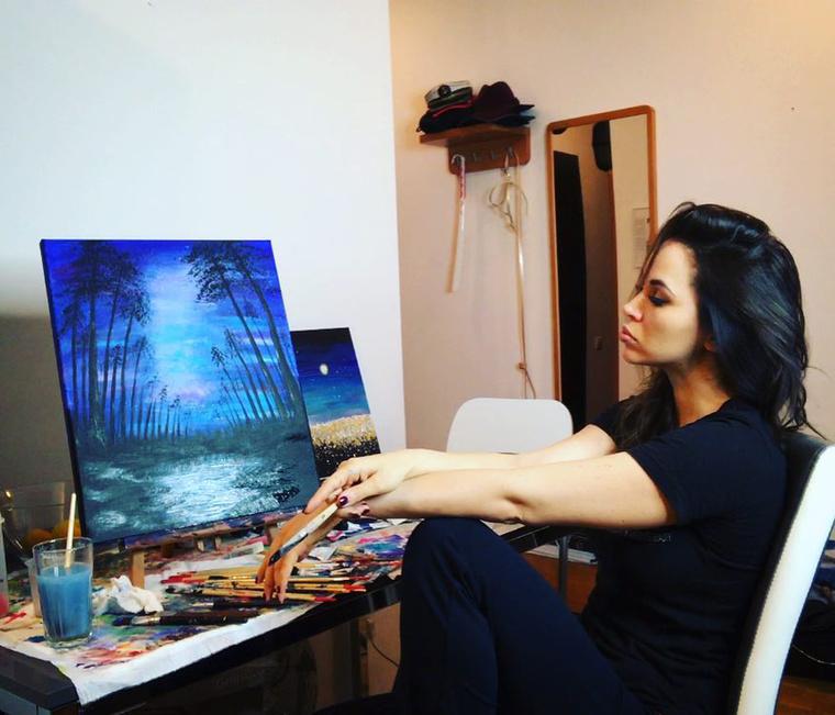 Két hónappal ezelőtt sminkecsettel festette első képét, amit egy három órás festőtanfolyam előzött meg, ahol azonnal rájött, ez egy nagyszerű módja a kibontakozásnak.